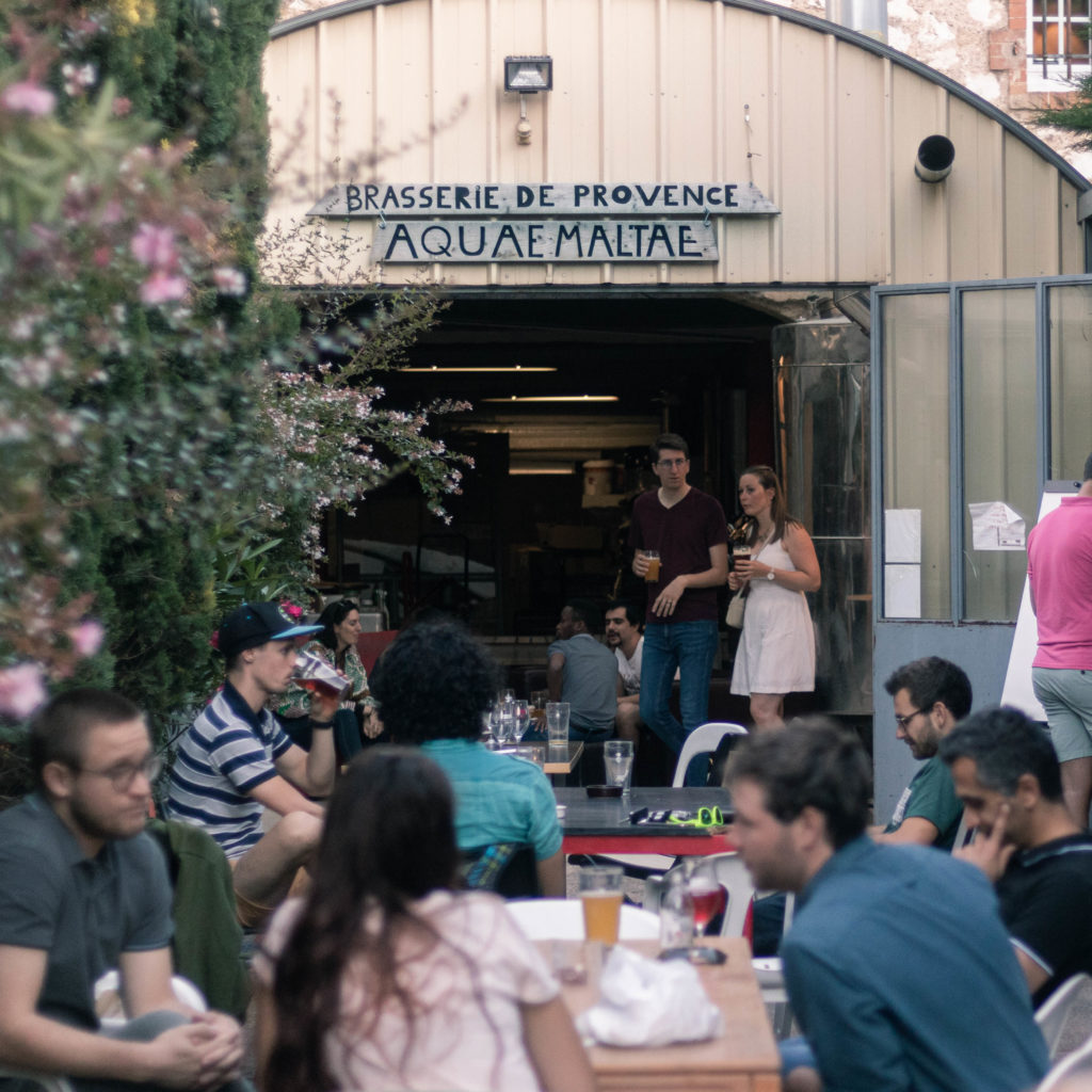 La terrasse de la brasserie pleine lors d'une soirée Afterwork