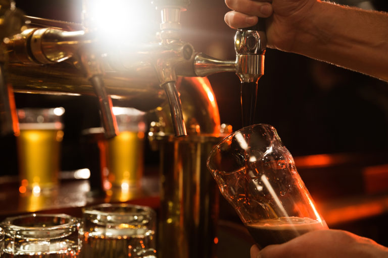 Une bière est servie à la tireuse